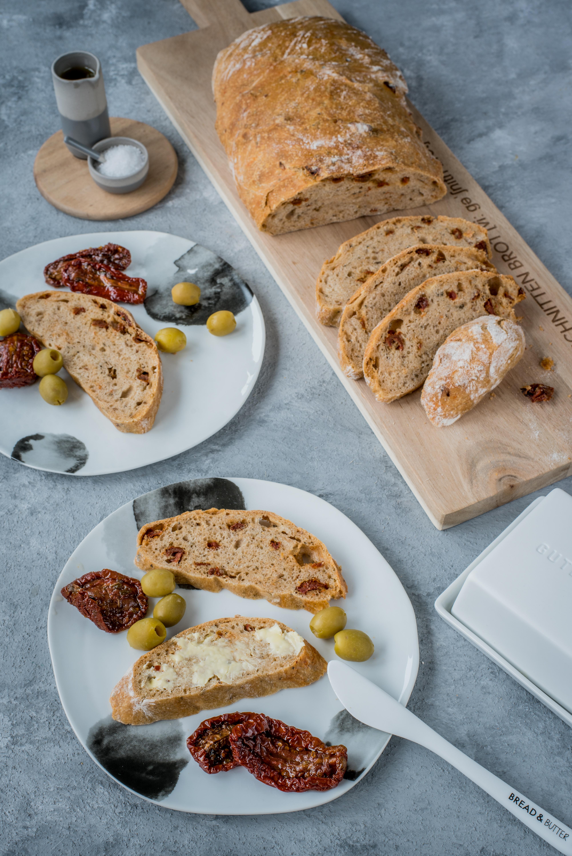 Schnelles Tomaten-Kräuter-Brot  -  Brot & Wein mit Räder