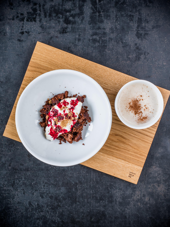 Schokoladen-Mandel-Brownies mit Spekulatius-Creme und Rote-Bete-Sirup